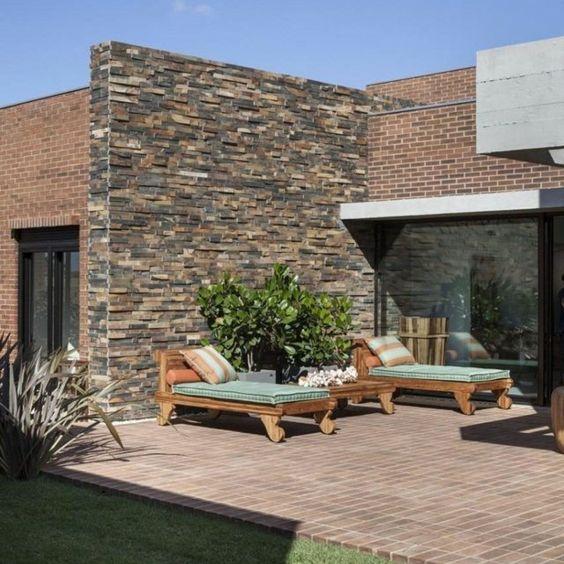 lounge möbel garten liegesessel steinwand haus außen | tolle, Garten und Bauen