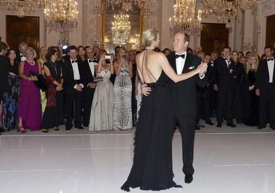 Alberto de Mónaco y Charlene se marcan un vals en la versión italiana del 'Baile de la Rosa'