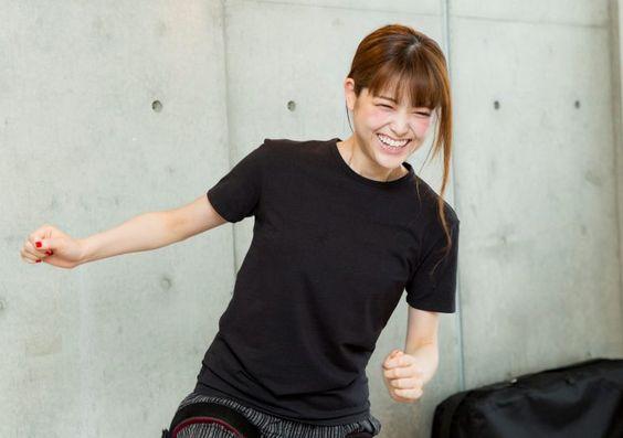 黒い服を着た松村沙友理