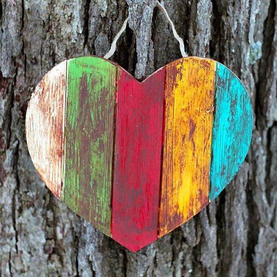 iberolibero:  En madera pintada….parece un ….