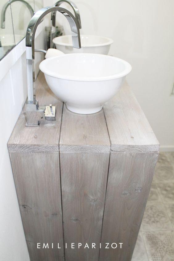 Une petite salle de bains tr s astucieuse design love for Tres petite salle de bain