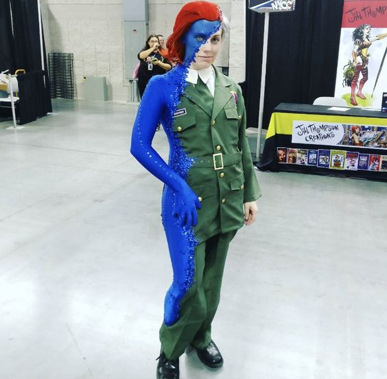 Olhem esse cosplay de Mística, que f***