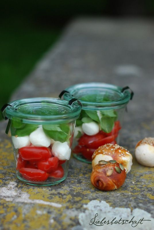 Tomate-Mozzarella mit Laugenhörnchen