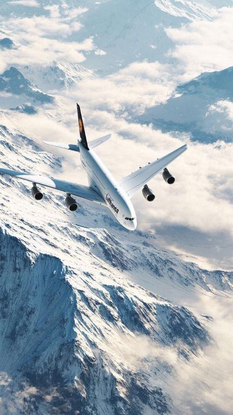 雪山の上を飛ぶ飛行機