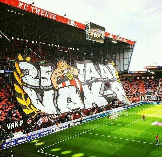 FC Twente x Feyenoord  Ultras VAK-P, do Twente, fizeram um belo mosaico 3D para comemorar os 25 anos do grupo.