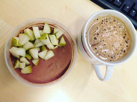 Zum Frühstück gibts heute nochmal Schoko-Quark mit Birne und dazu einen Schoko-Soja-Kaffee. #schoko#startindiewoche#zufrüh#lowcarb by lori3ori