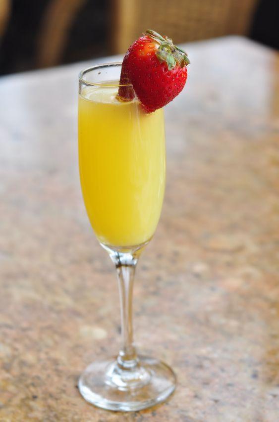 La mimosa se hace con cocktail de champagna y jugo de naranja, esta receta es ideal para preparar en un desayuno romántico o un desayuno tradicional. Me gusta mucho la mezcla de champagne con jugo de naranja.: