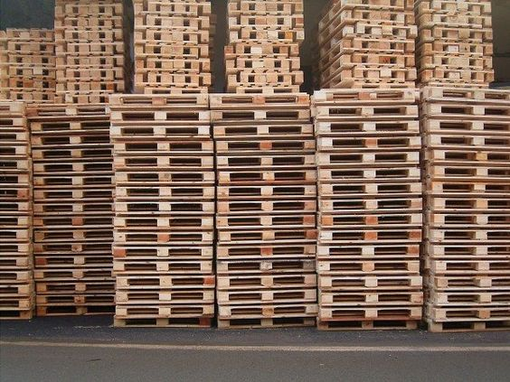"""One of the main question we received on 1001Pallets from our readers is """"Where to get free wooden pallets ?"""" or at least at a low cost in order to make your pallet DIY projects with them. There is no"""
