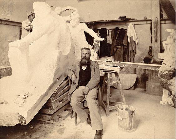 Огюст Роден в своей мастерской. | Фото: messynessychic.com.
