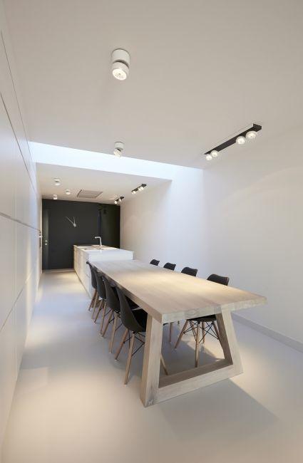 Hout + wit + zwart, gietvloer met houten tafel. Renovatie smalle ...