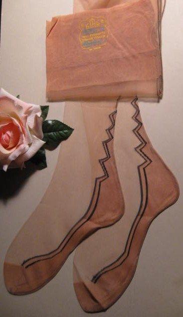 Las medias de nylon aportaban un brillo maravilloso a las piernas, y además eran mucho más baratas que las de seda o rayón.