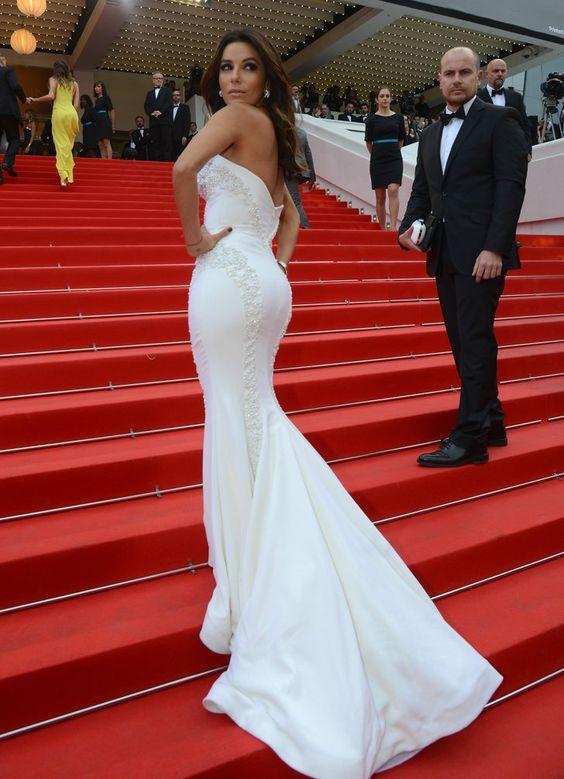 Pin for Later: Le glamour est au rendez-vous au festival de Cannes !  Eva Longoria, superbe avec sa longue traîne, telle une sirène sur les marches rouges de Cannes, à l'avant-première de Saint Laurent samedi.