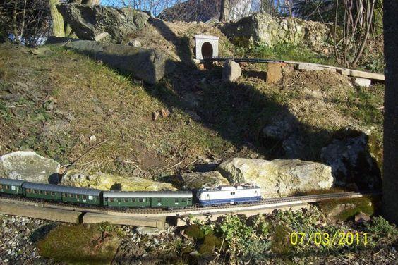 100_3235 Märklin-Gartenbahn in Spur H0 Eine 110 auf Bergfahrt, oben ist der Scheiteltunnel zu sehen