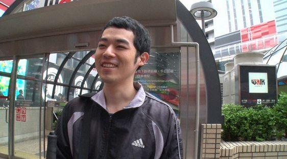 街を歩く濱田祐太郎さん