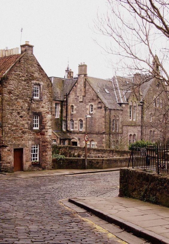 Je t'emmène découvrir quelques bonnes adresses à Édimbourg : où manger ? boire un bon thé ? Faire la fiesta ? Du shopping ? Et où se loger ?