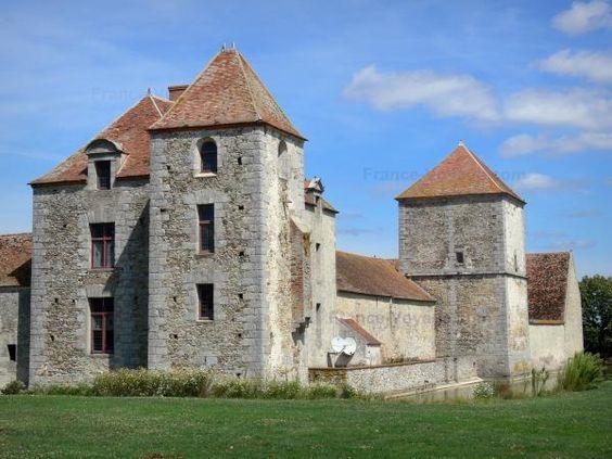 Fief des Époisses 02 - Ancienne ferme médiévale fortifiée, pigeonnier, douves et pelouse ; sur la commune de Bombon