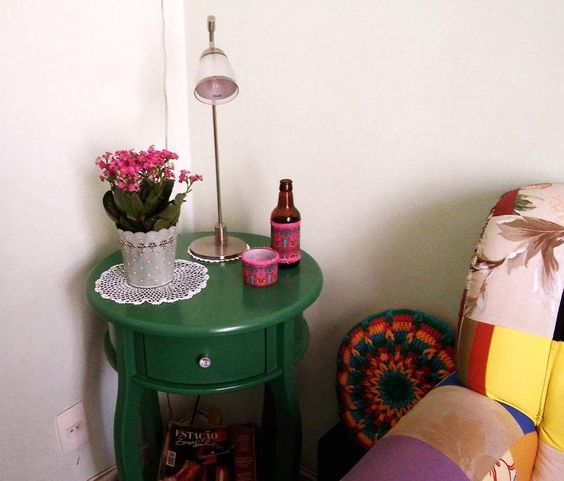 Um cantinho pode ficar ainda mais charmoso com uma decoração sustentável. Garrafas e potes de vidro, reaproveitados e decorados.  https://www.facebook.com/Mil925-Atelier-578908522225983/