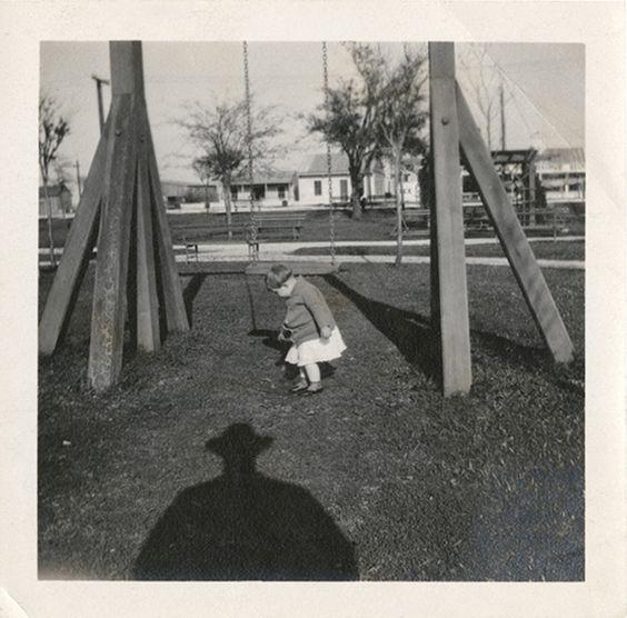 Jean-Marie Donat a collectionné cette série de vieilles photos de famille prises entre les années 20 et les années 70 qui ont comme point commun la présence d'une ombre chapeauté dans le cadre qui semble planer au dessus des sujets. Elle était exposée à Arles l'an dernier et elle peut se trouver en intégralité dans …