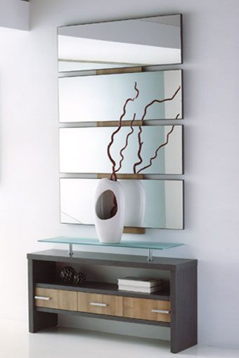 Le presentamos este exclusivo recibidor en un diseño sencillo y moderno, que hará de la entrada a su hogar un lugar más atractivo. Se compone por un original espejo y un fantástico mueble con cajones y repisa de cristal. Podrá elegir entre tres combinaciones de colores: wengue/hueso, ceniza/xacobeo, hueso/walnut.