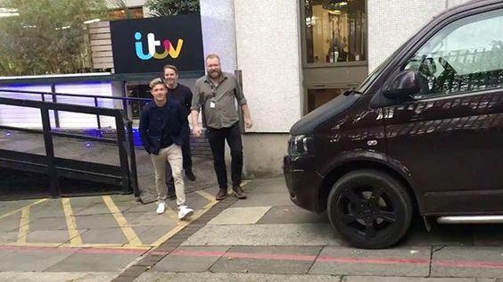 #NEW – October 13th: Niall meeting fans outside ITV Studios London #niallhoran #niallupdate
