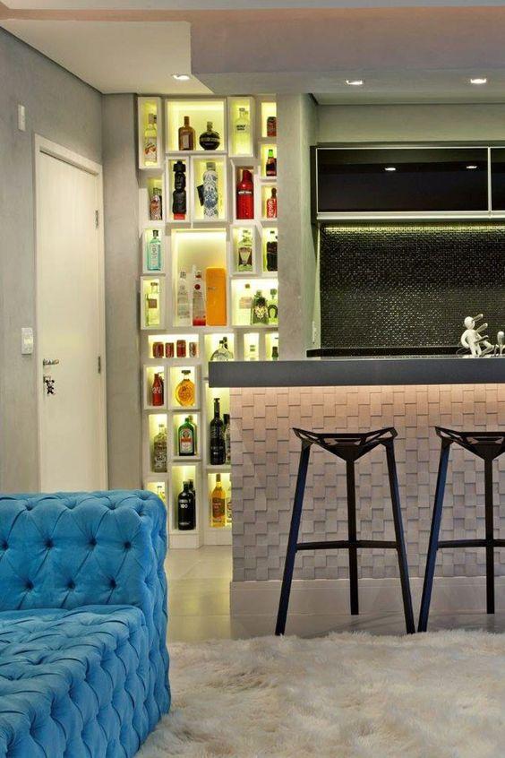 Nichos iluminados ao lado da porta de entrada forma o bar- adega  num espaço antes perdido