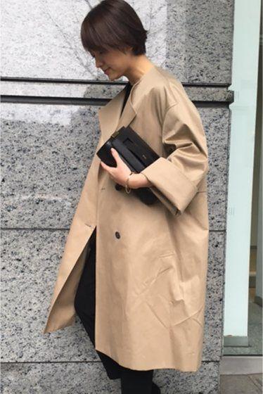 ギャバノーカラーコート  ギャバノーカラーコート 51840 トラディショナルなアイテムであるトレンチコート 使い勝手のいいベージュ張りのある素材などのきちんと感はそのままに さらに気軽に羽織れるアウターが入荷しました ビッグシルエットで今年顔に ゆったりしたデザインの袖は折り返して着るのも素敵 このコートが魅力的なワケはバッスタイルにも 長めにデザインしたフラップがかわいい 上半身にボリュームを持たせて視線を上へ 腰の位置を高く見せてくれる 生地の張り感も手伝って丸みのあるシルエットは女性らしいやわらかな雰囲気に アームホールからゆとりを持たせた袖は今年のトレンドフレアスリーブのニットとも相性がよさそう 取り扱いについては商品についている洗濯表示にてご確認下さい 店頭及び屋外での撮影画像は光の当たり具合で色味が違って見える場合があります 商品の色味はスタジオ撮影の画像をご参照下さい ベージュ着用スタッフ身長:163cm 着用サイズフリー モデルサイズ:身長:165cm バスト:73cm ウェスト:58cm ヒップ:85cm 着用サイズ:フリー