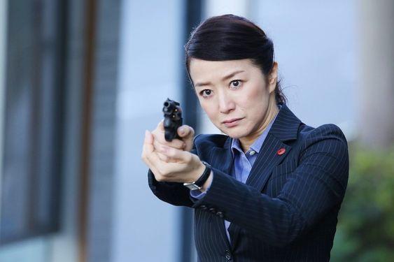 銃を構えた鈴木京香