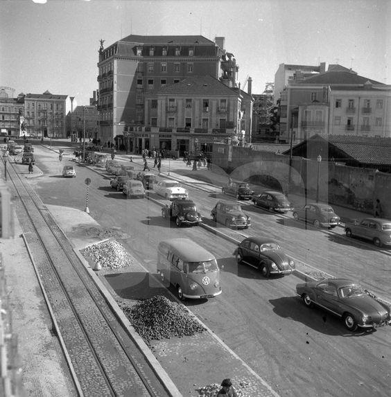 Avenida Fontes Pereira de Melo, ao fundo vê-se a Praça Duque de Saldanha e à direita o Mercado 31 de Janeiro.195?: