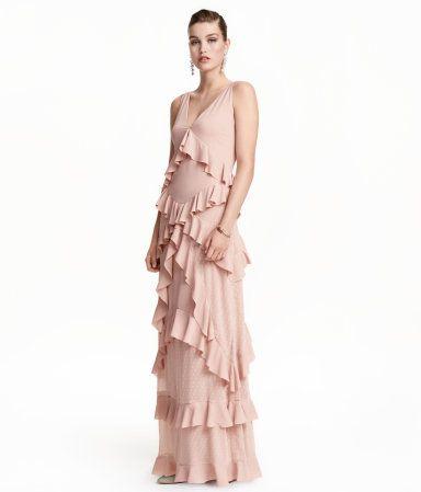 Puderrosa. Ärmelloses Kleid aus zartem Webstoff mit Volants. Das Kleid hat einen beidseitigen V-Ausschnitt, eine Teilungsnaht in der Taille und hinten einen