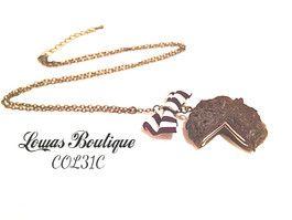 Collier Chocolat Ce collier est constitué d'un gateau au chocolat en fimo avec un petit noeud en tissu, le tout monté sur une chaine en bronze.   Chaine d'extension inclus. Fermoir mousqueton inclus. Dimension: 64 cm