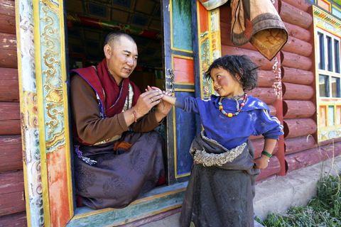 Médecin tibétain et petite fille nomade, région de Tsatsa (Tibet, 2005)