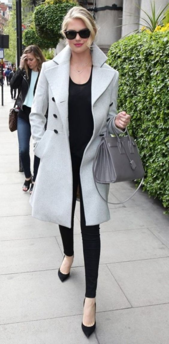 Wearing Trench coat is always a great Idea. 45 Casual Work Outfits For Women In Their 40s