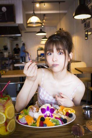 フルーツを食べる松村沙友理