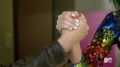 Pin for Later: Seht all die verrückten Momente der MTV Movie Awards — als GIFs Als Katy Perry Conan beim Armdrücken besiegte Source: MTV