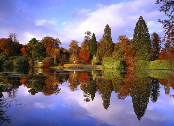 El otoño es una de las mejores estaciones para disfrutar de la Naturaleza, que en este periodo de mudanza es capaz de ofrecernos un gran espectáculo de color. Una buena manera de conocer estos cambios en el paisaje británico es a través de los llamados Great British Walk (propuestos por la ONG National Trust) que recorren algunos de los parajes y parques más bellos.
