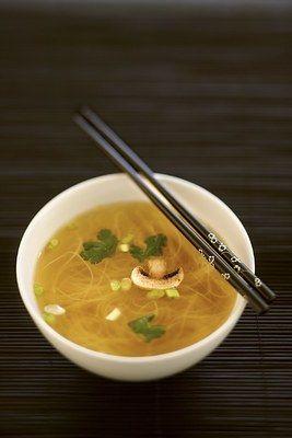Chinesische Suppe, schnelles Rezept für Brühe - Suppen: Suppenrezepte - Zubereitung: 20 Min Kochzeit: 15 Min Zutaten für 4 Personen 1 Würfel Gemüsebrühe 1 Würfel Hühnerbrühe 1 kleines Paket Glasnudeln (im Asia-Regal) oder sonstige Suppennudeln...