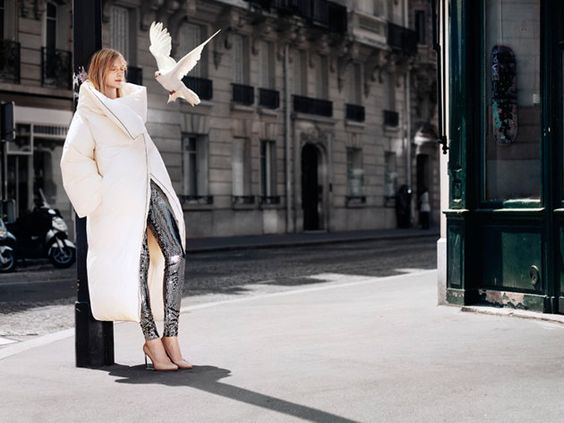 Une image de la campagne pour la collection Maison Martin Margiela pour H: la grosse doudoune blanche, que les colombes s'arrachent (à moins que ça soit un pigeon?)