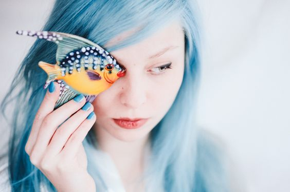 Perfect Blue par Alyz Photography | Model: Marion Parfait | Woman portrait, blue hair, fish