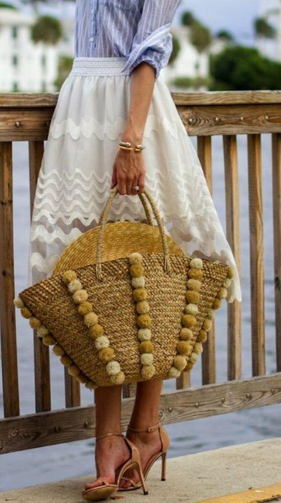 Da praia pras ruas: bolsa de palha é o item desejo da estação: