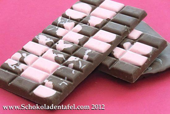 Vollmilchschokolade mit Erdbeerflecken oder: Die glückliche Erdbeerkuh  #schokolade #erdbeeren #chcocolate #strawberries