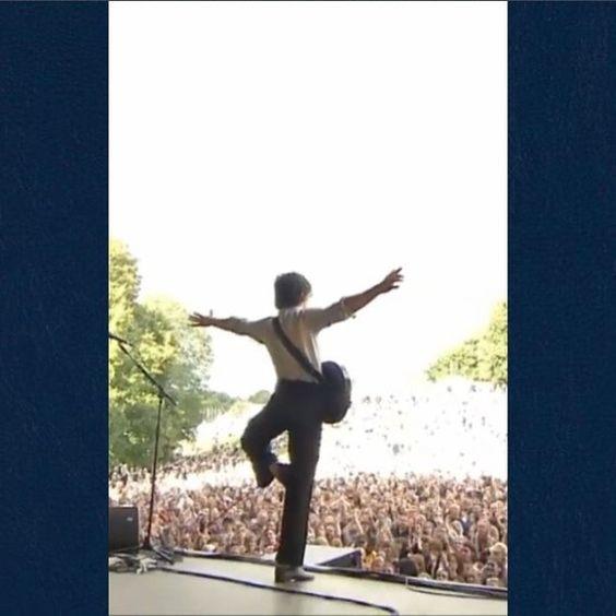 _kingturner/2016/08/11 05:55:29/Yoga in the middle of a concert? #milex #eycte #thelastshadowpuppets #tlsp #mileskane #alexturner