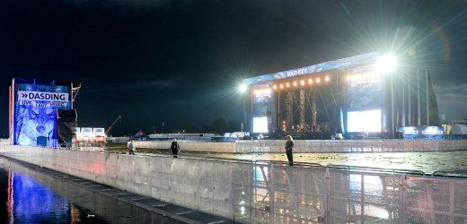 Verlassene Bühne nach der Unwetterwarnung