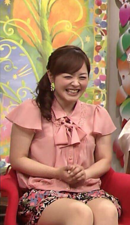 ピンクのブラウスを着てソファーに座って笑っている水卜アナの画像