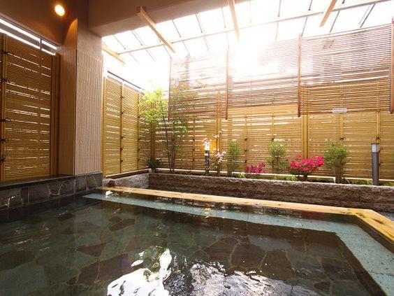 諏訪湖の上を流れて入る、新鮮な空気に触れながら楽しめる、露天風呂。