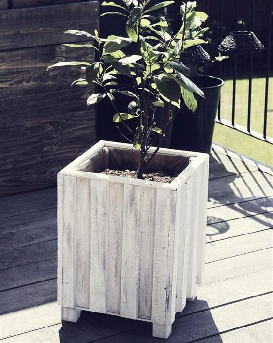 Gardens planters and furniture on pinterest - Maceteros con palets ...