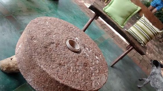 Mesa de centro de pedra de moinho.