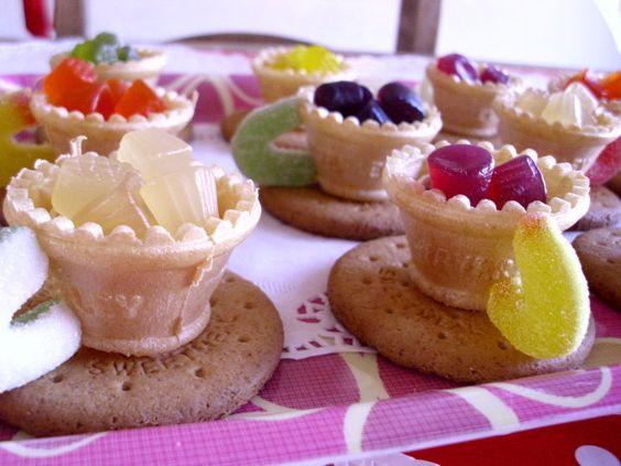 DIY - topo da casquinha de sorvete + bolacha Maria + 1/2 argolinha açucarada + balinhas de gelatina = DOCE CHÁ DA TARDE <3