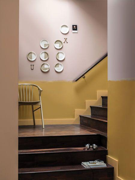 Goldocker kombiniert mit dunkelm Holz und zarten Rosatönen - unglaublich schön. #Dulux #CF16 #Goldocker #interiordesign