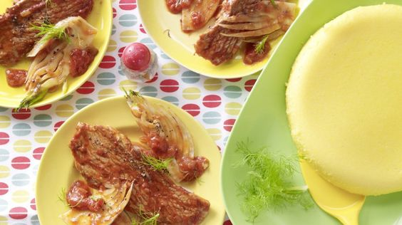 Schnitzel mit Tomatensauce und Polenta