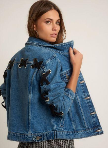 JAQUETA PAULA JEANS - bobo - Descricao Jaqueta jeans com modelagem reta, fecho por botao, bolso frontal, manga comprida e detalhes aparente na parte de tras. rModelo veste: P/36. Altura: 1,77cm. Busto: 85cm. Cintura: 60cm. Quadril: 90cm. r rCOMPOSICAO: 100% Algodao r rMaterial Guia de tamanhos MEDIDAS EM CENTIMETROS PP(XS)